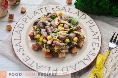 Salată cu fasole, biscuiți, porumb și brânză