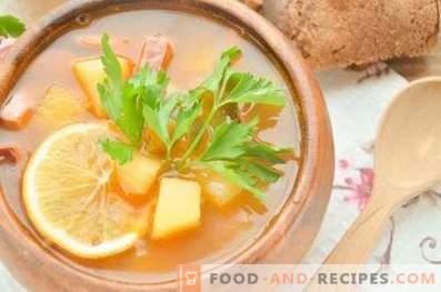 Solyanka con carne ahumada en caldo de res