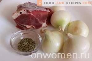 Carne cu ceapă într-un aragaz lent