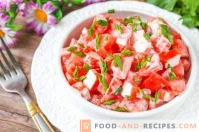 Salate cu bastoane de crab și roșii