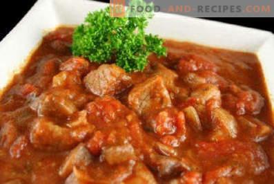 Carne cu ceapă și morcov într-o tigaie