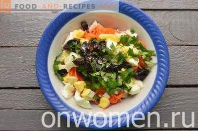 Salată cu pui, prune și morcovi coreeni