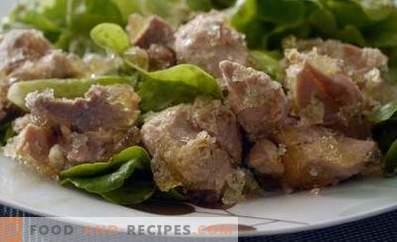Schweinefleischeintopf in einem langsamen Kocher